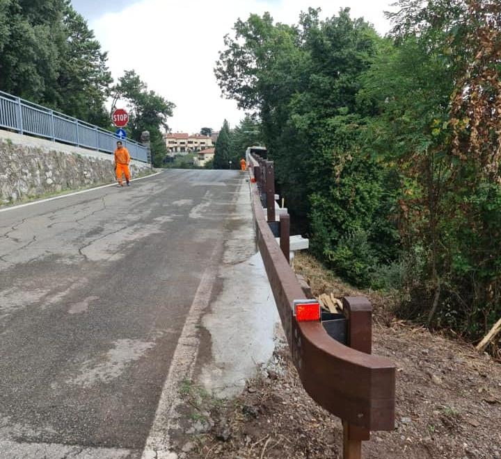 Montaggio di barriera MARGARITELLI H2 su bordo ponte